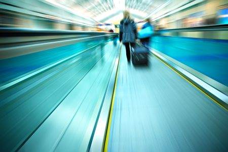 Travelers rushing through an airport terminal 免版税图像