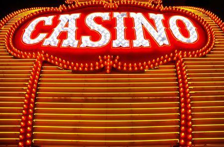 黄色と赤のネオン サラウンド カジノ記号 写真素材
