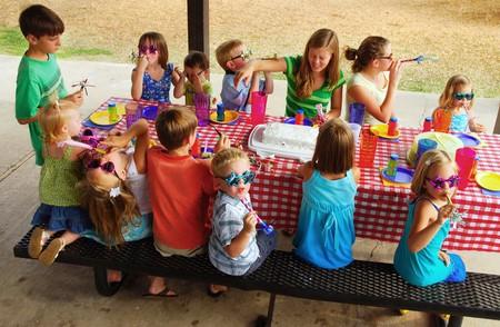 fiesta familiar: Ni�os en una fiesta de cumplea�os al aire libre y picnic  Foto de archivo
