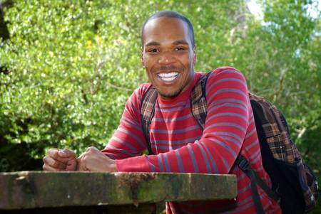 アフリカ系アメリカ人の大学生のテーブルに座って 写真素材 - 7664682