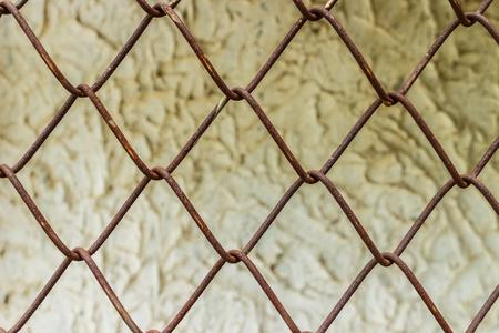 campo calcio: vecchio filo di acciaio di collegamento chain rete recinzione foto d'archivio con la vecchia fabbrica di sfondo