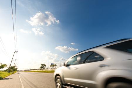 techniek: auto op de weg met motion blur-techniek Stockfoto