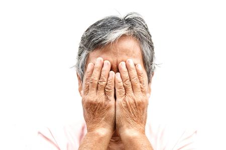 Close-up asiático velha escondendo o rosto com as mãos Foto de archivo - 94808118