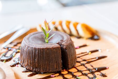 close up chocolate cake lava and banana on wooden dish Banque d'images