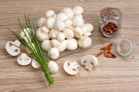 cebolleta: champiñones crudos frescos con las cebolletas