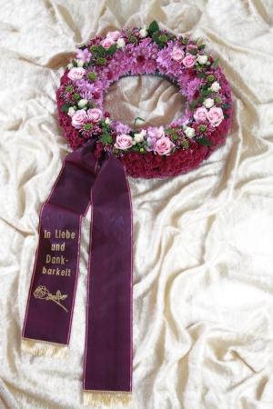 violett: Blumengesteck zur Beisetzung