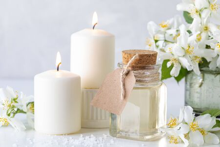 Spa composition with jasmine flowers on a white table close-up Banque d'images
