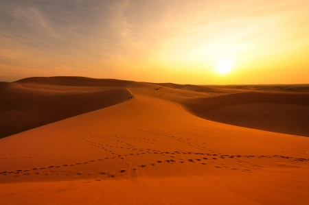 desierto del sahara: Dunas de arena en la salida del sol