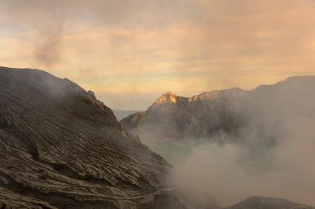 underprivileged: Il Cratere di Kawah Ijen vulcano, Indonesia