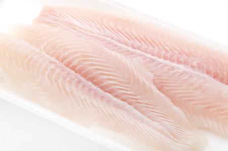 魚バサの切り身。白い背景上に分離。