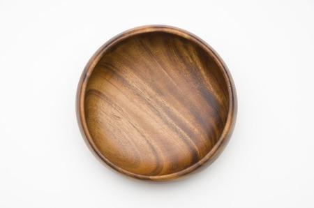 Tazón de madera aislado sobre fondo blanco
