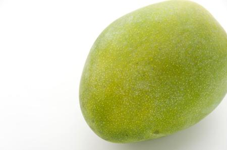 白い背景の上の新鮮なキーツ マンゴー。