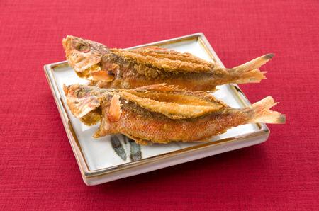 日本食、から揚げグルクン、魚を揚げた