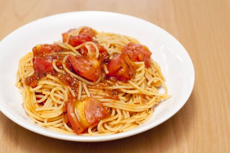 Pasta with fresh tomatoes and meat sauce 免版税图像