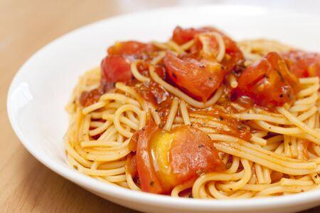 Pasta con tomates frescos y salsa de carne Foto de archivo