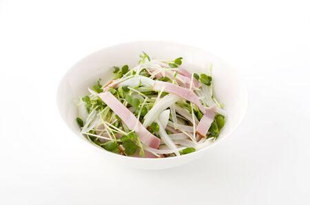 kaiware Daikon Sprouts and pork loin ham salad Foto de archivo - 129859499