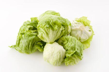 foglie di lattuga fresca su sfondo bianco
