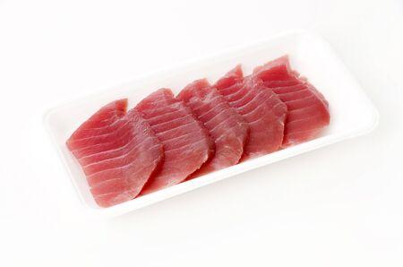 Steaks de thon cru frais sur fond blanc