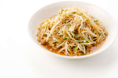Stir-fried bean sprouts on white background Banco de Imagens - 164778012