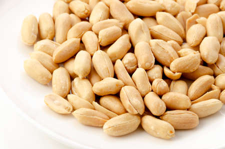 Roasted salted peanuts on a white plate on a white background 版權商用圖片 - 162419191