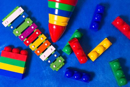青素材のカラフルなおもちゃを子供たち。トップ ビュー 写真素材