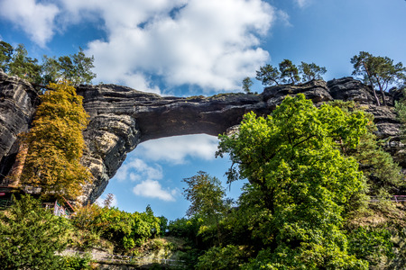 czech switzerland: Pravcicka Brana il più grande arco di pietra arenaria naturale in Europa nel Parco Nazionale Svizzera Ceca