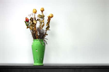 flores secas: Verde vaso lleno de rosas secas y lavanda