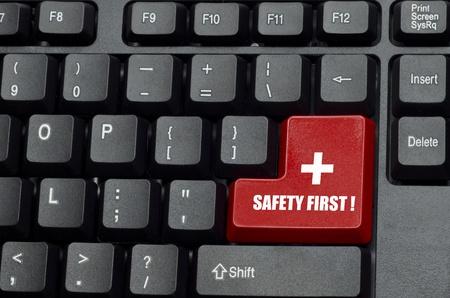 veiligheid eerste woord op rood en zwart toetsenbord-knop