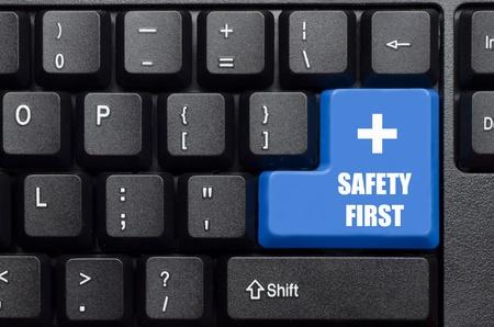seguridad e higiene: seguridad en primer lugar la palabra en el botón del teclado azul y negro