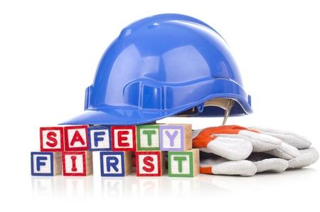 veiligheid op de eerste woord blokken met persoonlijke beschermingsmiddelen geïsoleerd op witte achtergrond