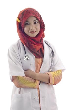 mooie jonge moslim vrouw arts met stijlvolle hoofddoek en stethoscoop op een witte achtergrond