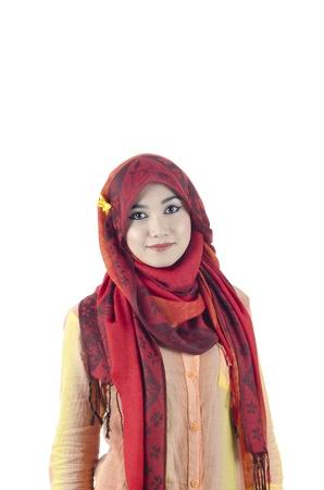 mujeres musulmanas: hermosas mujeres j�venes musulmanas con pa�uelo en la cabeza de color rojo