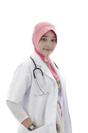 mooie jonge moslim vrouw arts met hoofddoek en stethoscoop op een witte achtergrond