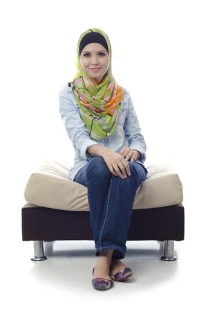 petite fille musulmane: potrait de belle fille jeune musulman isol� sur fond blanc Banque d'images