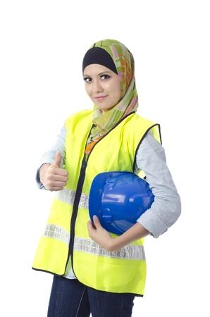 Mooie moslima met persoonlijke beschermingsmiddelen zien thumbs up Stockfoto