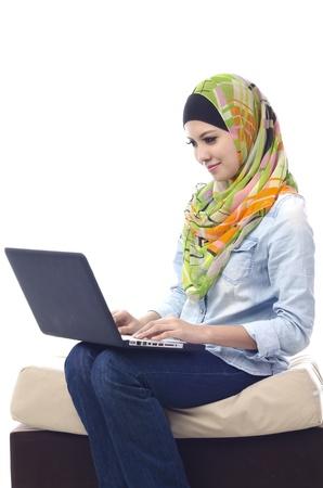 petite fille musulmane: Belle femme musulmane sourire de chat avec ses amis en utilisant l'ordinateur