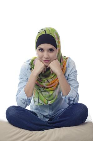 mujeres musulmanas: potrait de la hermosa joven musulmana aisladas sobre fondo blanco
