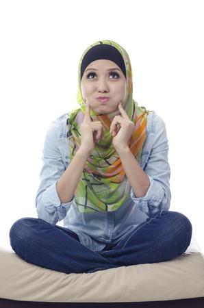 Mooie moslima met spottende gezicht op witte achtergrond Stockfoto