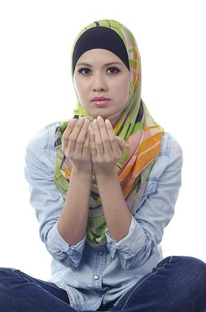 Mooie jonge moslim vrouw, die bidt in actie.