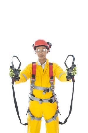 Een man, compleet met persoonlijke beschermingsmiddelen dragen safetyl harnas