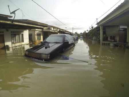 colera: KUANTAN, Pahang, Malasia-05 de diciembre: Sin determinar la condición de un vehículo sumergido después strucked las peores inundaciones en la historia