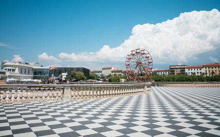 persona viajando: Un día soleado vista de Livorno en la costa oeste de Italia en la Toscana. Tomado de la beachwalk lo largo del océano. Usted ve la famosa rueda de la fortuna.