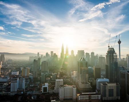 Vue sur les toits Kuala Lumpur incroyable avec les tours Petronas en Malaisie au lever du soleil l'aube.