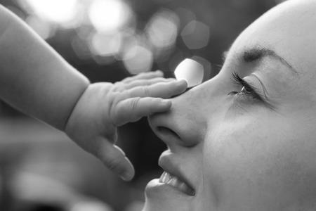 madre e hijos: Joven madre feliz con el niño Foto de archivo