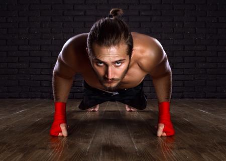 Athlet tun Push-ups Übung auf dem Boden