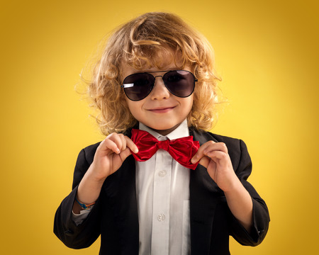 Little Boy Gentleman Auf Gelbem Hintergrund