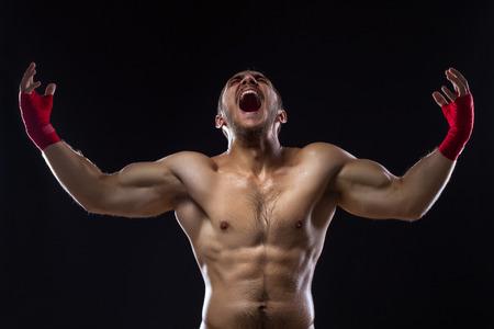 Glückliches Gewinnen MMA Kämpfer Am Ring