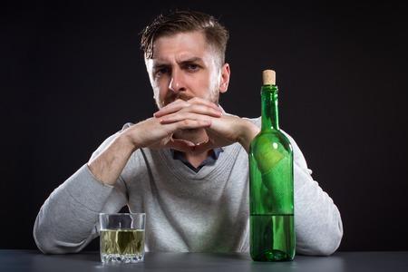 borracho: Hombre borracho con la botella en el fondo Negro