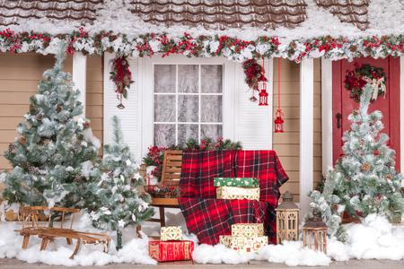 porte bois: Belle Maison décorée pour Noël et Nouvel An Banque d'images