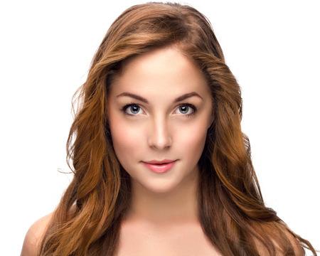 ojos marrones: Retrato de mujer hermosa en el fondo blanco Foto de archivo